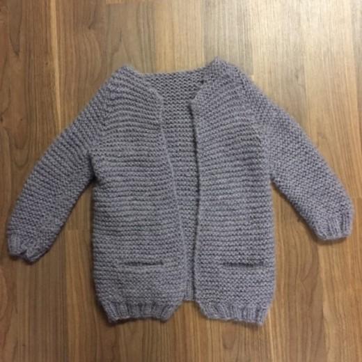 Færdig strikket pige jakke