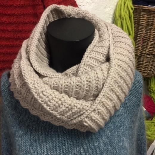 Færdig strikket halstørklæde
