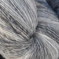 1 trådet farveskifte garn - Hjelholt-Hvid/Koks/Grå